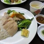 ランチ時はいつも行列ができる「慶城海南雞飯」で美味しい鶏肉を!