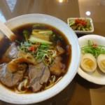 カフェ風店内で、落ち着いて牛肉麺を味わえる『金品牛肉麺』