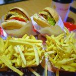 気軽に味わうハンバーガーと 新鮮なサクサクのフライドポテト