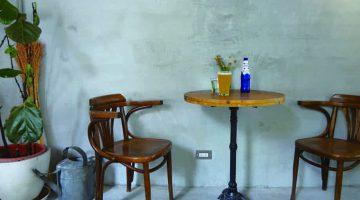 アンティーク調インテリアの コンパクトなミニマムカフェ