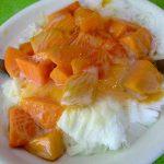 ふわっふわかき氷の上に 旬のマンゴーがたっぷり!