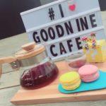 大型のガラス窓オーダーメイドのソファ、広々とした空間で一休み | GoodNine Café