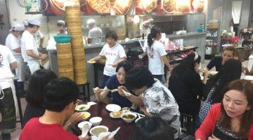 地下におりると行列に遭遇。 地元客に支持される食堂|頂好紫琳蒸餃館