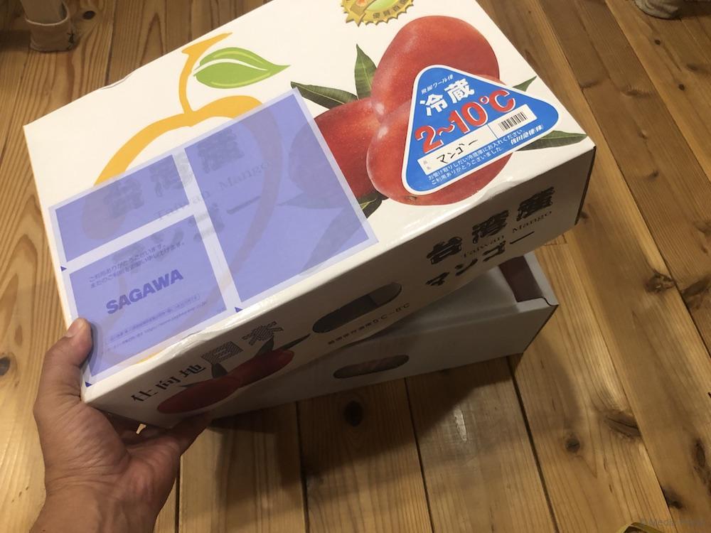 マンゴーの入った箱を開ける瞬間