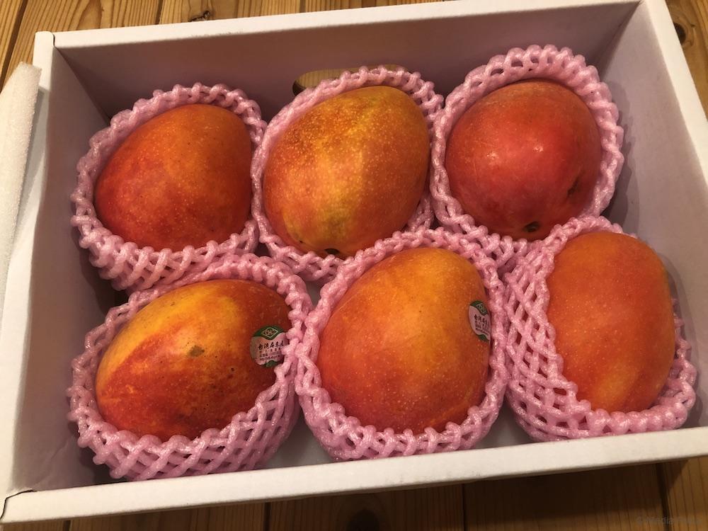 箱をあけてマンゴー6個入っている写真