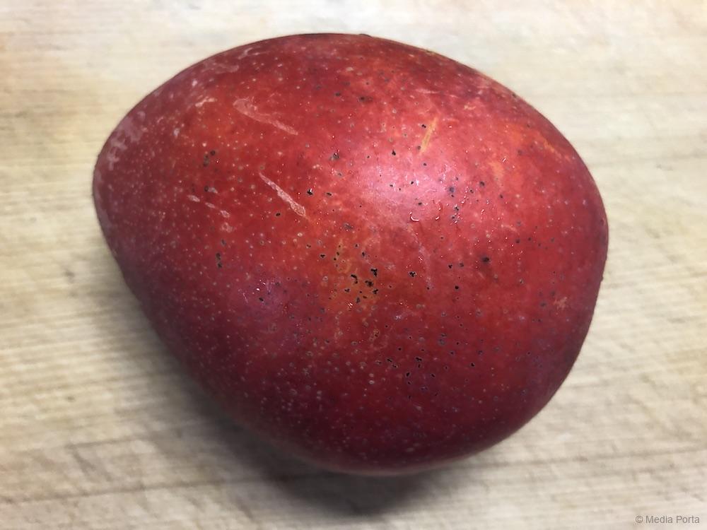 まな板にのせたマンゴー