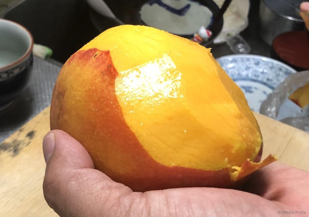 台湾マンゴーが半分ほど剥かれた