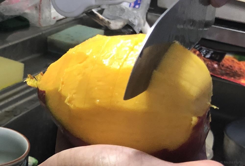 剥いたマンゴーの半分の部分、次に横に切れ目を入れる